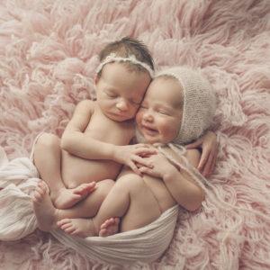Newborn twins by Nesting Story