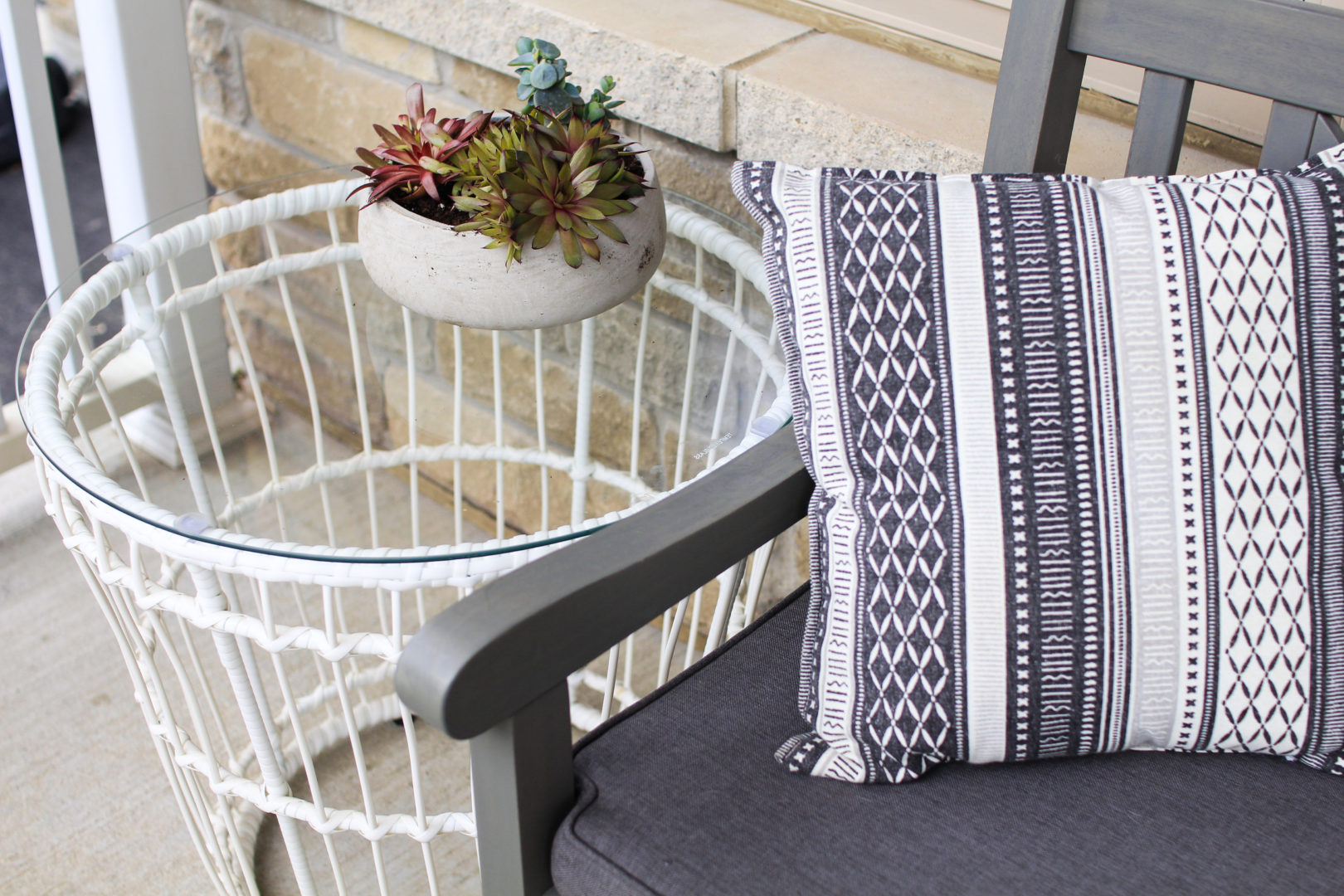 Simple outdoor round side table - Nesting Story
